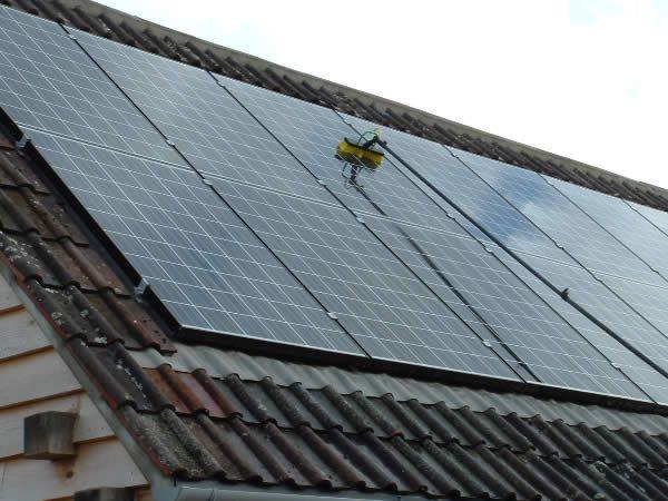 zonnepanelen reinigen met Puur Water Systeem zonder zeep